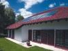 Beispiel einer dachintegrierten Solaranlage Weishaupt Thermo Solar WTS-F1 (8 Kollektoren) zur Trinkwassererwärmung und Heizungsunterstützung - Abb.: Max Weishaupt GmbH